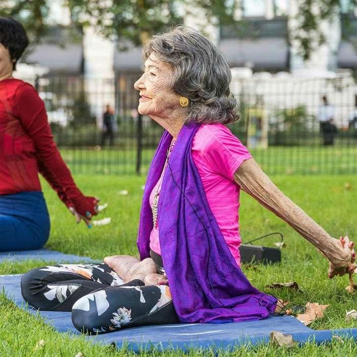 Секреты вечного счастья от 99-летней учительницы йоги