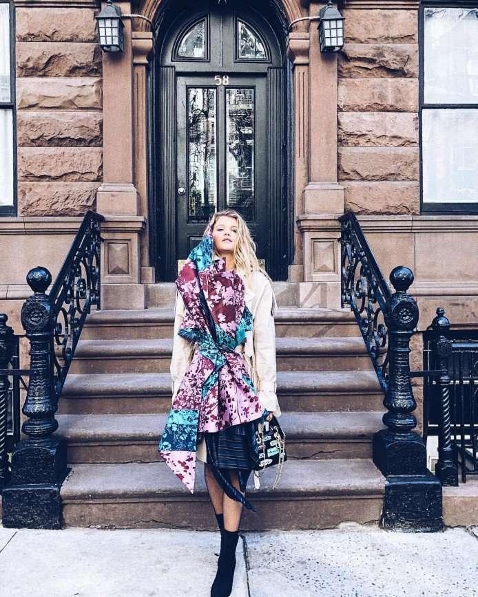 «Пальто на любителя»: Мария Ивакова прогулялась по Нью-Йорку в тренче на голое тело