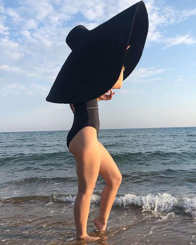 Я в домике: Виктория Дайнеко поделилась фотографиями в огромной шляпе
