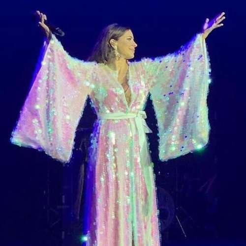 Ани Лорак вышла на сцену в платье, подчеркнувшем ее округлившийся живот