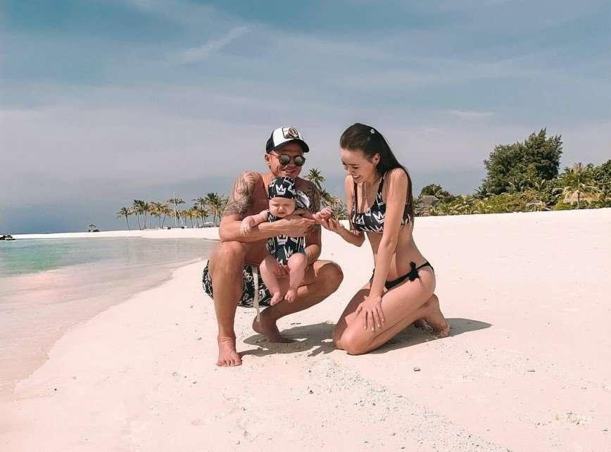 Трое из ларца: Костенко, Тарасов и их дочь устроили фотосет в одинаковых купальниках