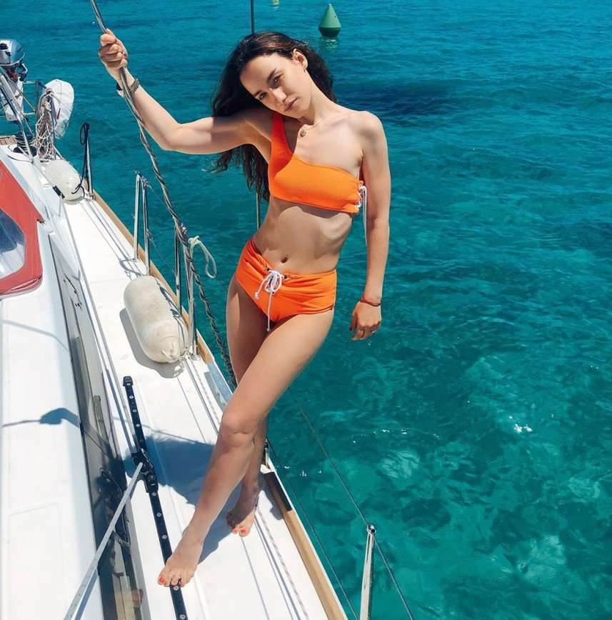 Виктория Дайнеко продемонстрировала все достоинства фигуры в стильном купальнике