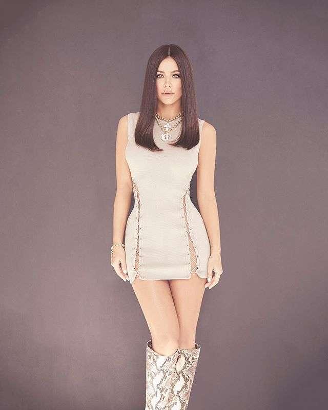 Ани Лорак похвасталась фигурой в соблазнительном мини-платье