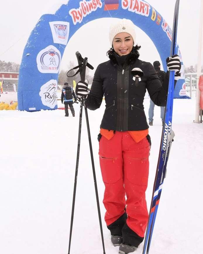 «Уступите даме лыжню!»: Тина Канделаки опробовала новый вид спорта